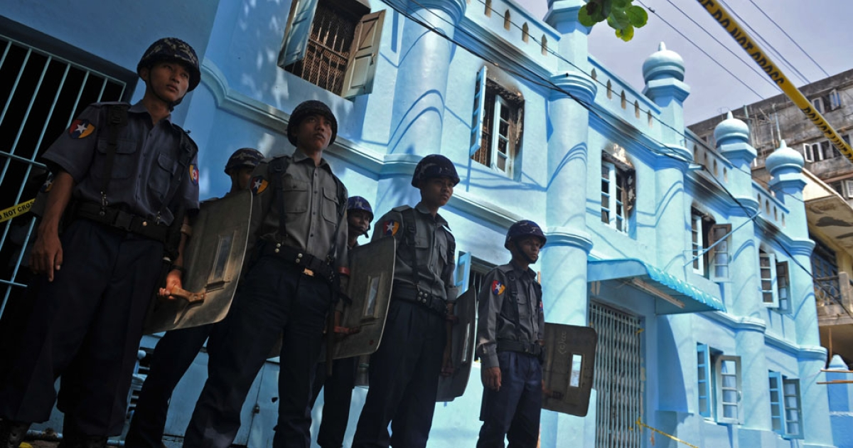Policemen stand guard in front of an Islamic school after a fire broke out at the school in downtown Yangon on April 2, 2013. A fire killed 13 students at a Muslim school in Myanmar's main city on April 2, police said, raising tensions in the wake of sectarian clashes despite police assurances that the blaze was accidental.</p>