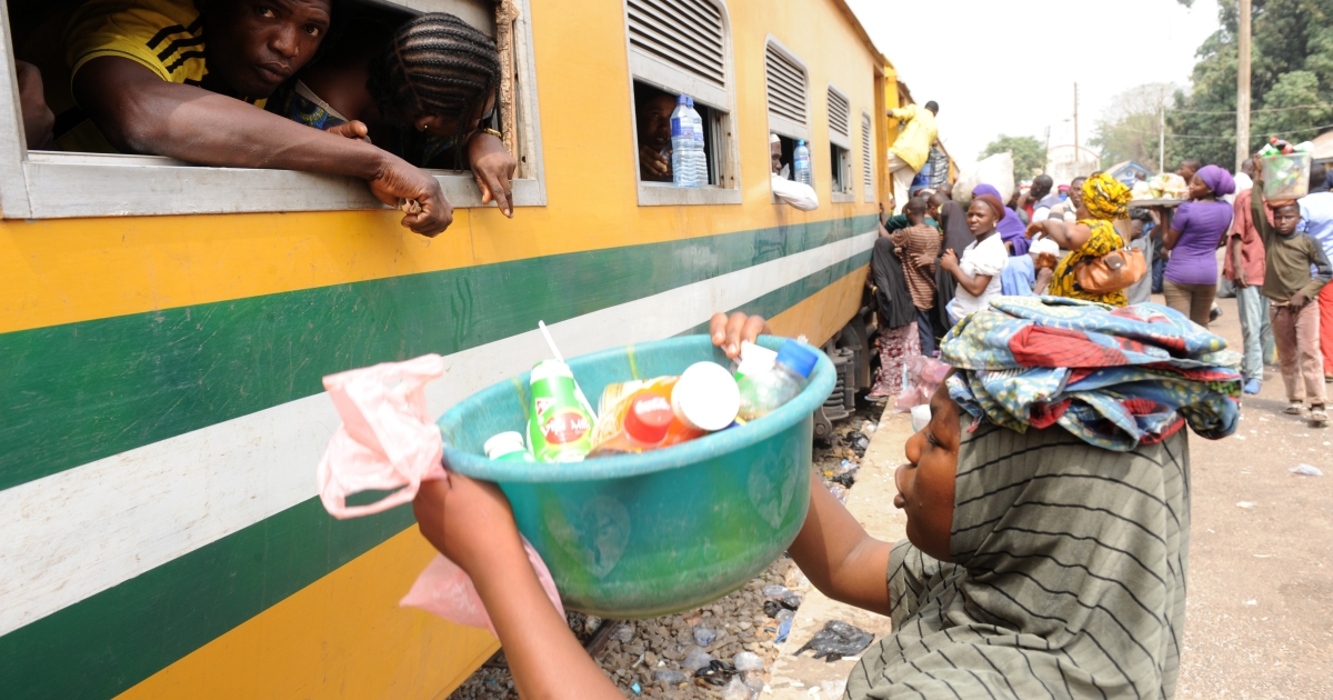 Roadside vendors sell drinks to Nigeria Railway passengers on board the Lagos-Kano train at Minna Station.</p>