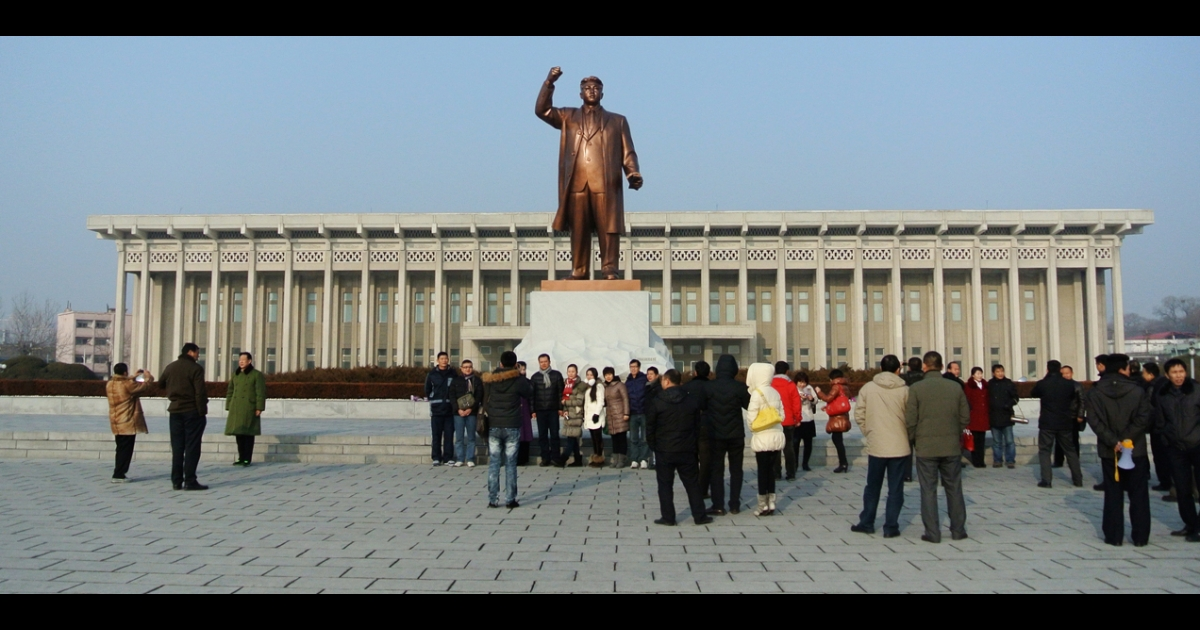 A statue of former North Korean leader Kim Il Sung in the North Korean border town of Siniuju, across from China's northeastern city of Dandong.</p>