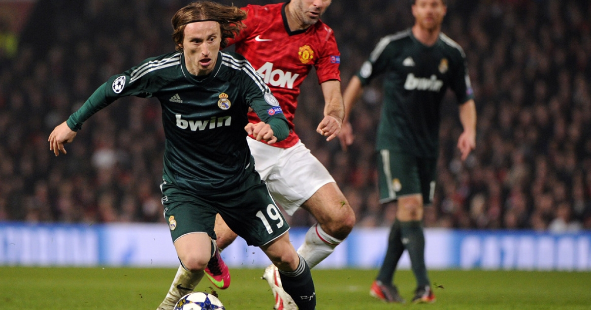 Manchester United midfielder Ryan Giggs, center, chases Real Madrid's Luka Modric during the Champions League match in Manchester, England, on March 5, 2013. Real Madrid won 2-1.</p>