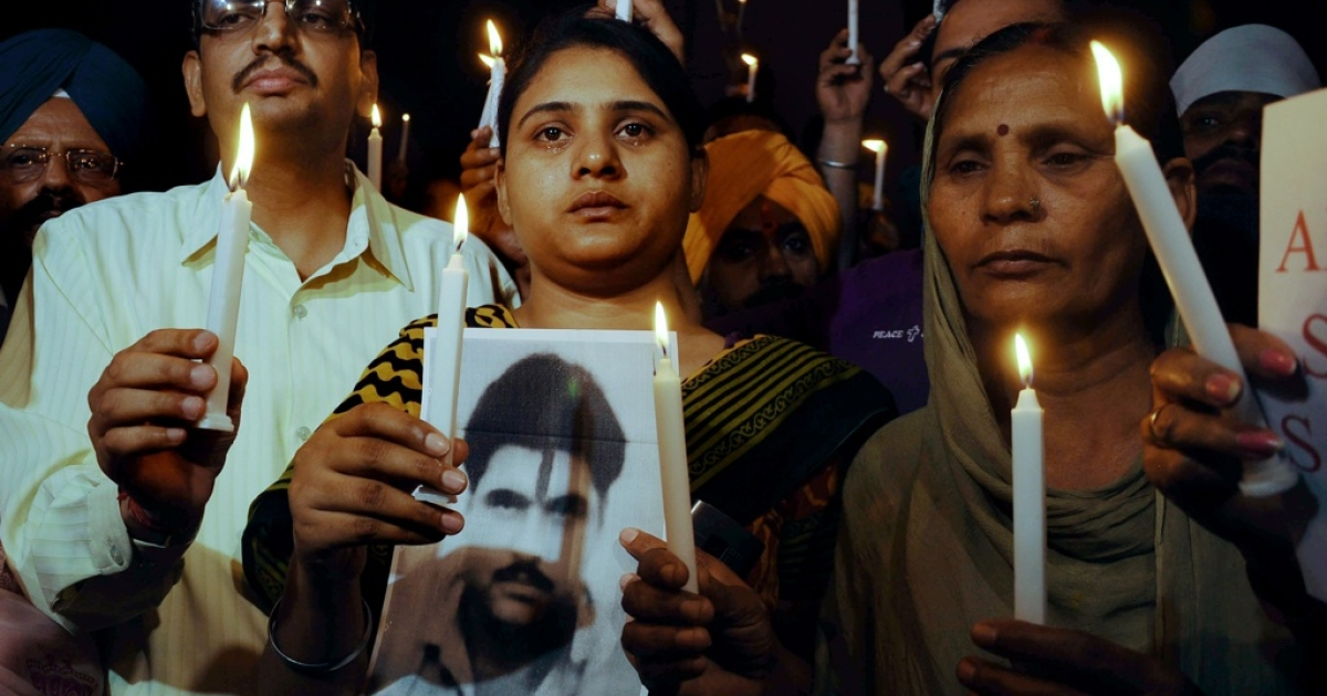 Sukhpreet Kaur (R), wife of Indian death row prisoner in Pakistan, Sarabjit Singh and Singh's daughter Swapandip (C), along with members of the Akhil Bhartiya Human Rights organisation (ABHRO), hold a candlelight vigil for the good health of Sarabjit Singh in Amritsar on April 27, 2013.</p>