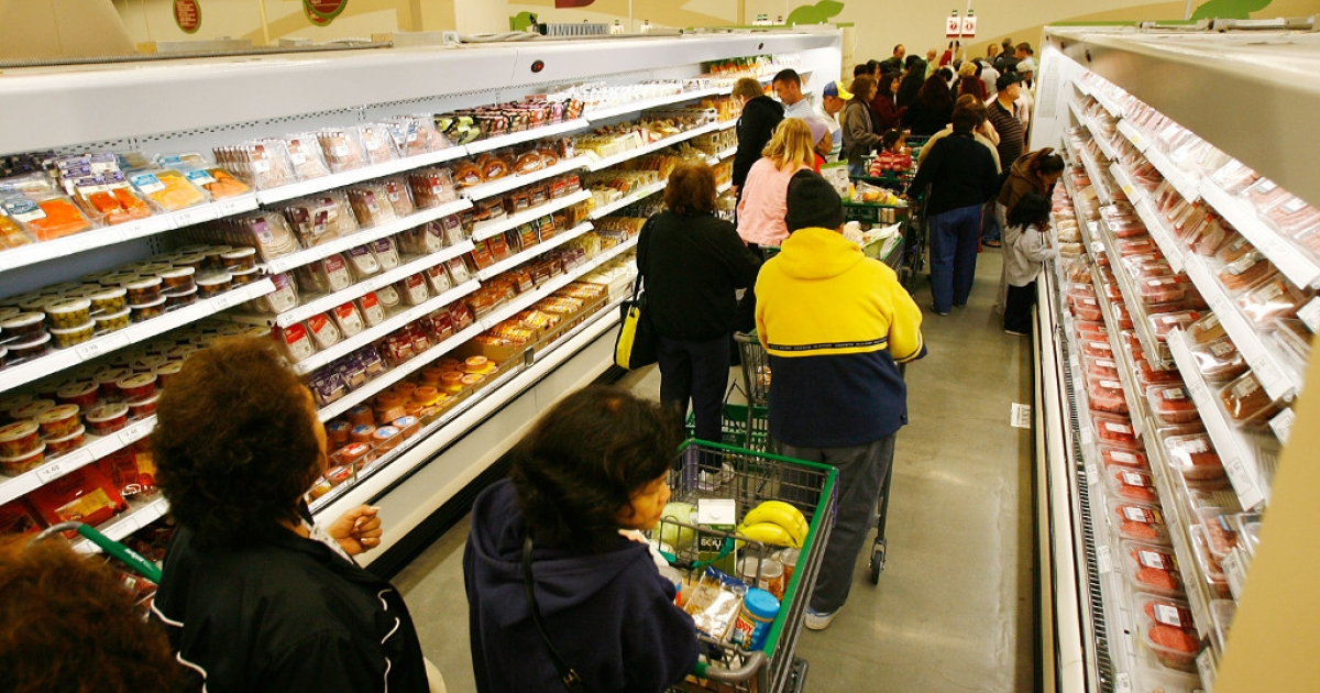 Opening day shoppers stand in long checkout lines at a Fresh &amp; Easy on November 8, 2007 in Los Angeles, California. The chain has not had much success since then.</p>