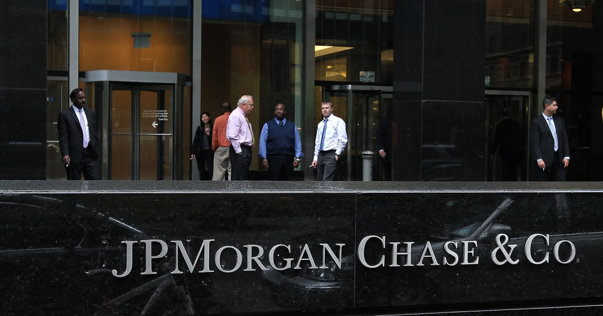 Workers smoke cigarettes outside of a JPMorgan Chase office on May 14, 2012 in New York City. An SEC investigation is looking into JP Morgan's hiring practices in China.</p>