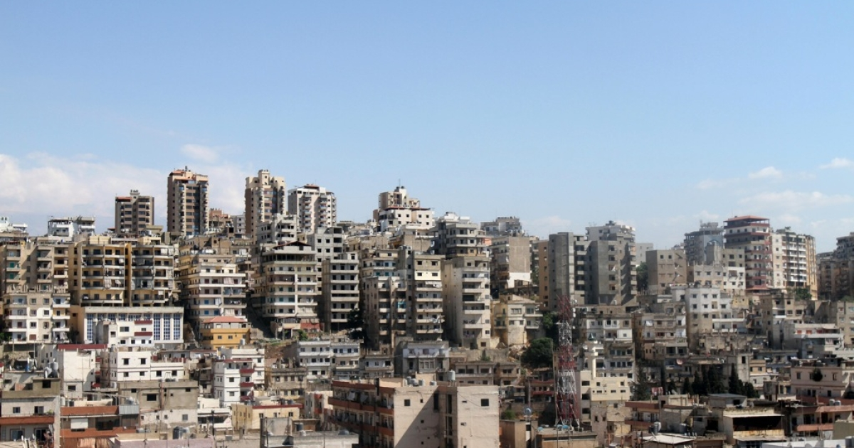 A general view shows the neighbourhoods of Bab al-Tabbaneh, a Sunni Muslim district, in the foreground and Jabal Mohsen, a mainly Alawite neighbourhood, in the background of the Lebanese northern port city of Tripoli on August 23, 2012.</p>