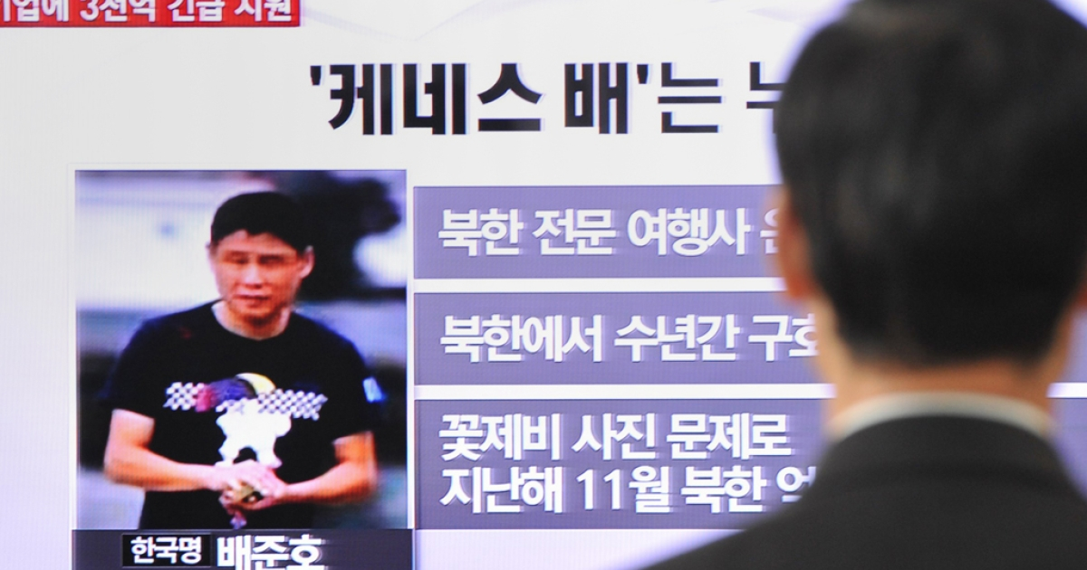 A passerby watches a local television broadcast in Seoul on May 2, 2013 showing a report about Kenneth Bae, a Korean-American tour operator detained in North Korea.</p>