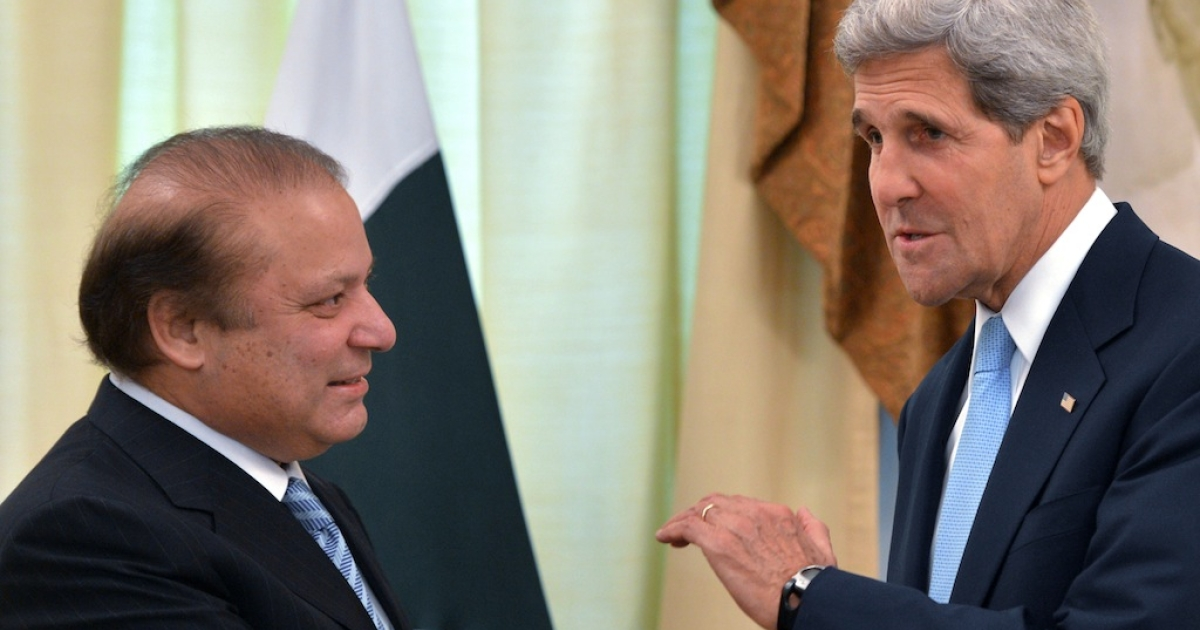 US Secretary of State John Kerry speaks with Pakistani Prime Minister Nawaz Sharif at the Prime Minister's House in Islamabad on August 1, 2013.</p>