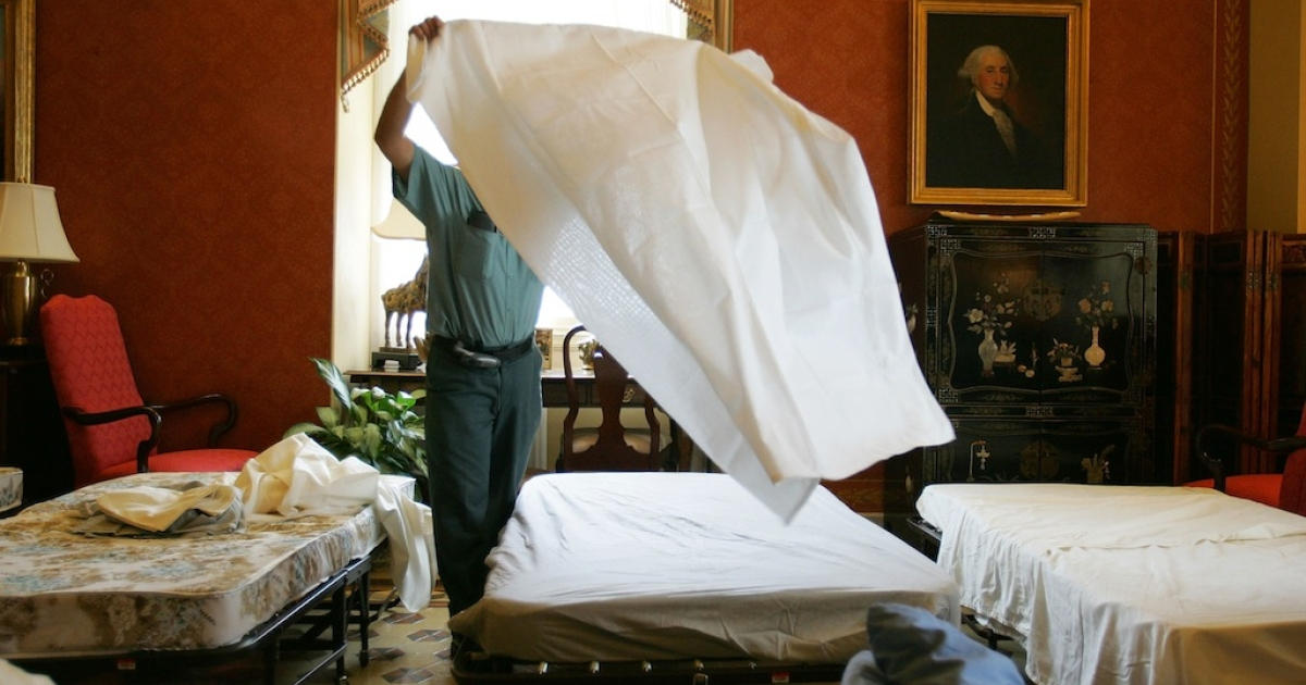 Single guys hardly ever change their sheets, says a new survey.</p>