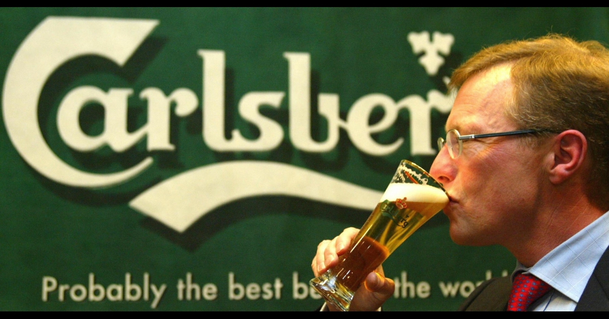 Former President and CEO of Danish brewing giant Carlsberg Breweries Nils S. Andersen has a beer during a press conference in Hamburg 20 January 2004. The current president and CEO, Jørgen Buhl Rasmussen, blamed Russia for Carlsberg's underwhelming performance.</p>