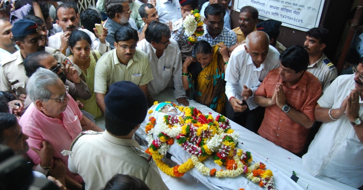 Mourners pay their respects over the casket of anti-superstition and anti-black magic campaigner Narendra Dabholkar, who was killed in Pune, India, on Aug. 20, 2013.</p>