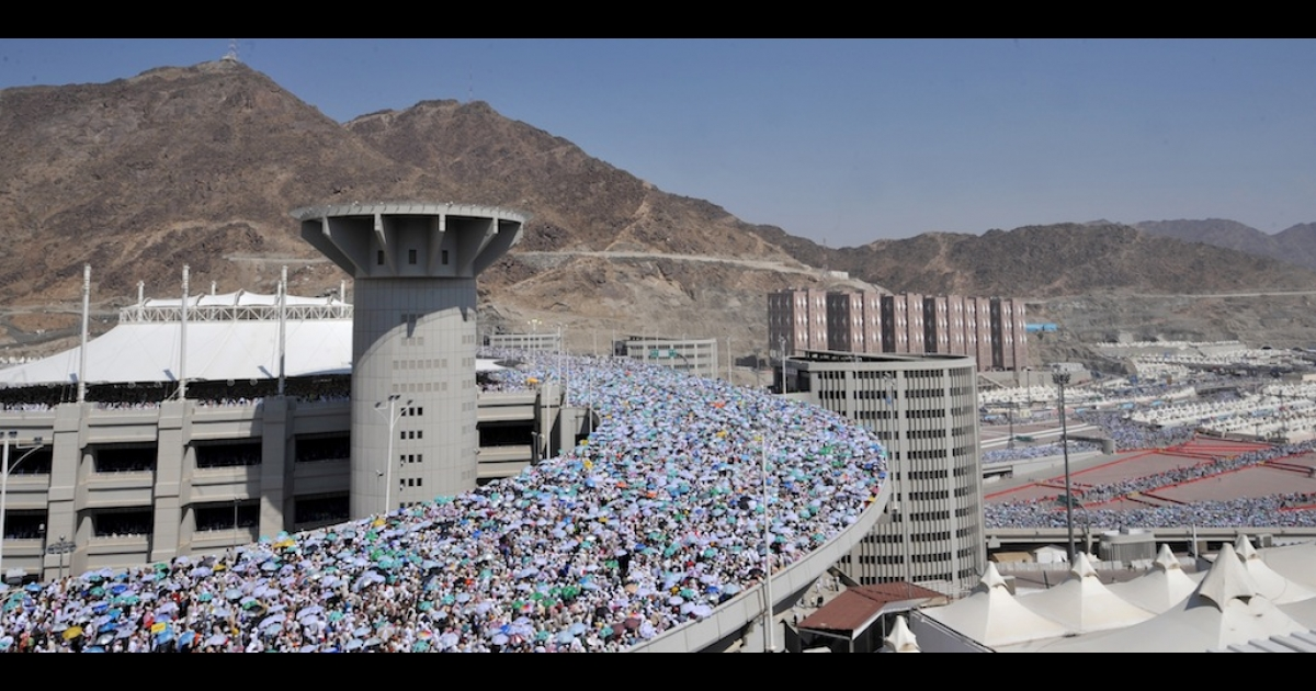 Muslim pilgrims arrive to throw pebbles at pillars during the