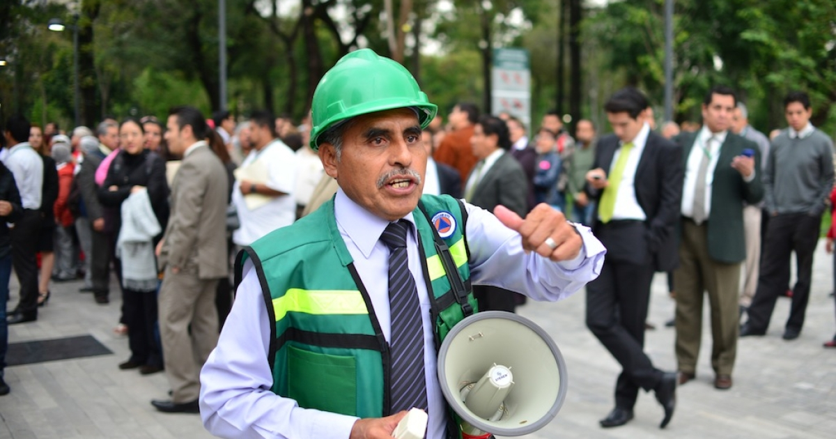 Employees of Foreign Ministry evacuate the building after a 6.1 magnitude earthquake shook to Mexico City on Aug. 21, 2013.</p>
