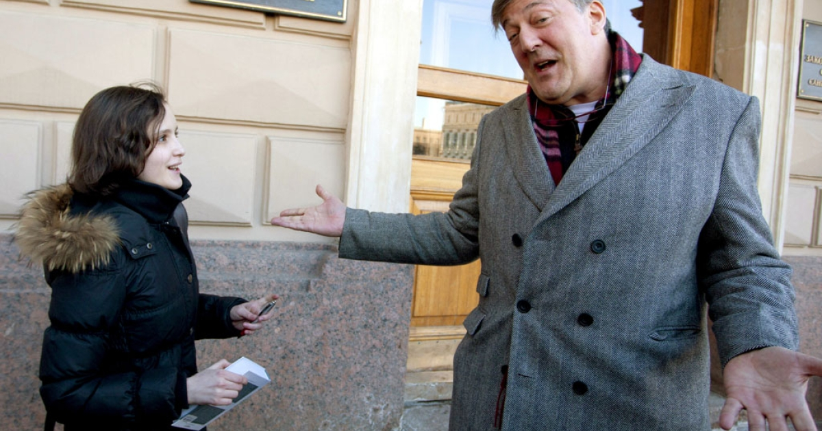 British actor Stephen Fry speaks to a fan outside Saint Petersburg city hall on March 14, 2013. Fry, who is openly gay, clashed with the Russian politician Vitaly Milonov as they talked about a controversial law activists see as violating the rights of gays.</p>