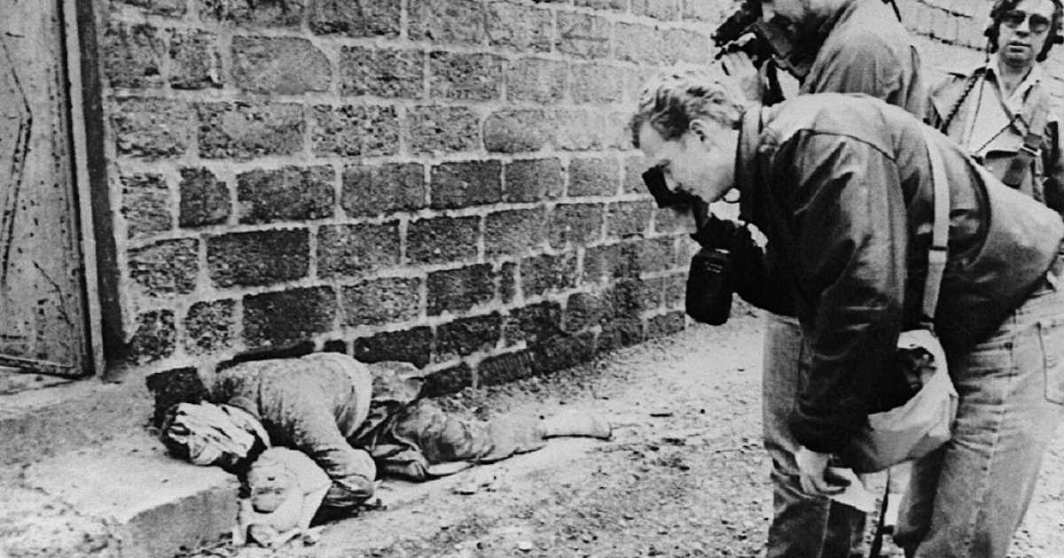 Photograph and cameraman take pictures on March 20, 1988 of a Kurdish father holding his baby in his arms in Halabja, northeastern Iraq. Both were killed in an Iraqi chemical attack on the city.</p>