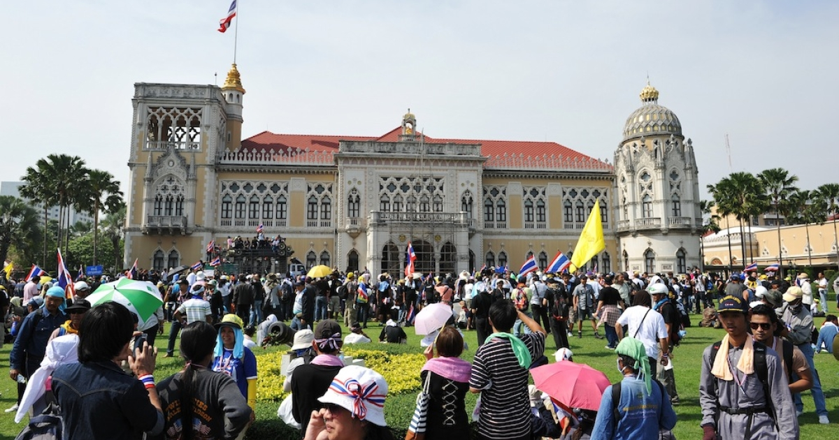 Anti-government protesters occupy the grounds of Government House after police dismantle barricades preventing access on December 3, 2013 in Bangkok, Thailand.</p>