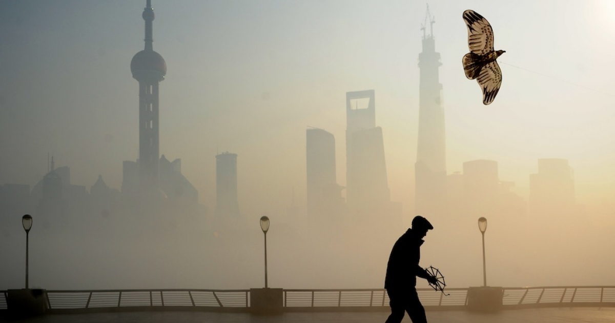 A man flies kite at The Bund on December 5, 2013 in Shanghai, China. Heavy smog continued to hit northern and eastern parts of China on Thursday, disturbing traffic, worsening air pollution and forcing the closure of schools.</p>