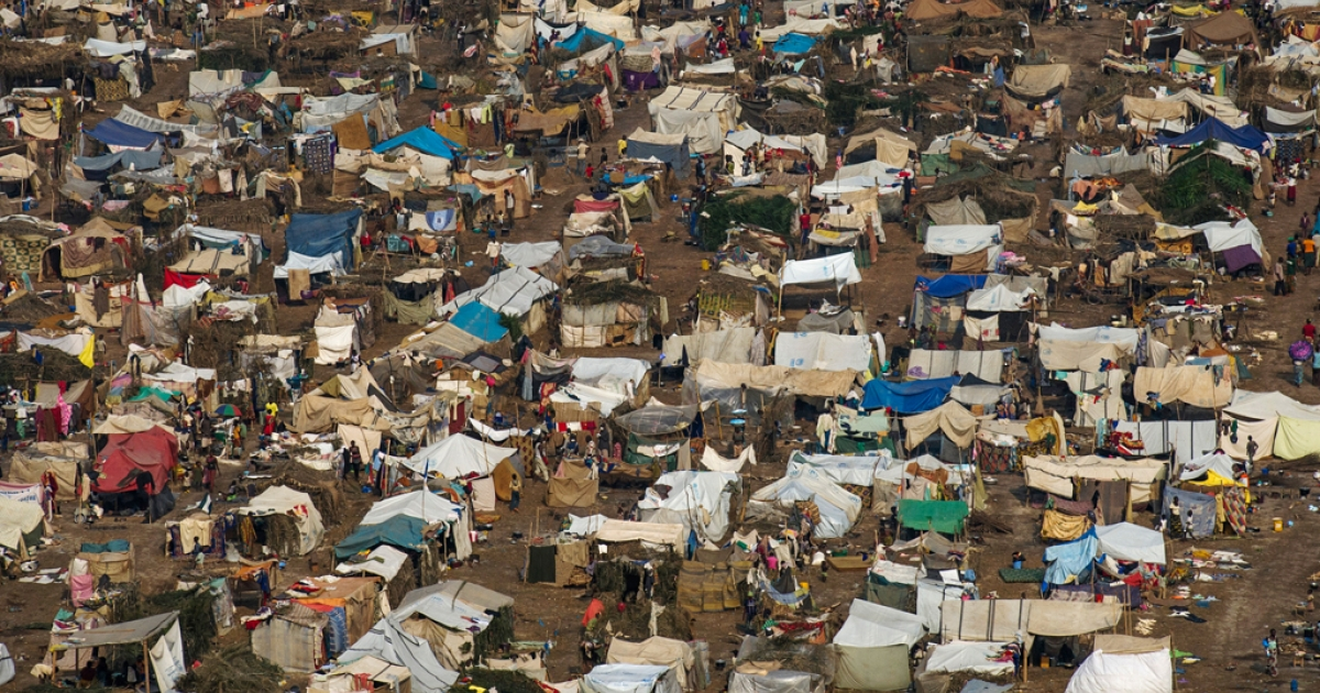 A general view of the refugee camp near the airport in Bangui on December 19, 2013.</p>
