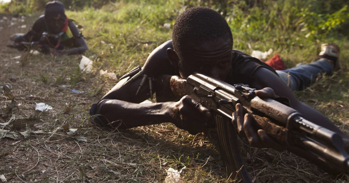 Anti-balaka militiamen, who were former members of the Central African Armed Forces (FACA), take part in a training session on the outskirts of Bangui on December 17, 2013.</p>