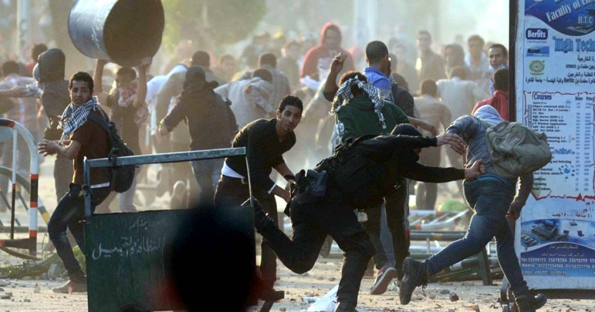 Egyptian students clash with riot police in Cairo on Dec, 10, 2013.</p>