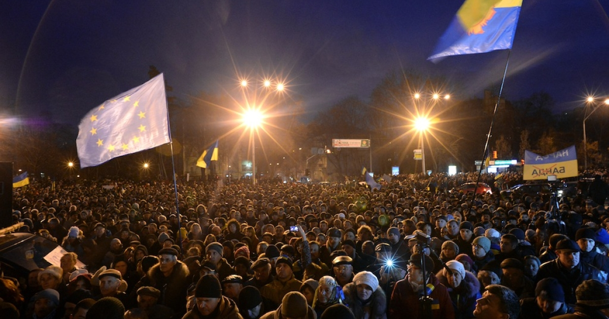 Ukrainian protesters wave an EU flag as hundreds gather for an opposition rally in Mykhayllivska Square in Kiev after police dispersed protesters in Independence Square on Nov 30, 2013.</p>