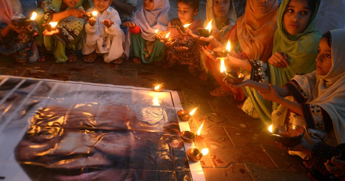 Pakistani schoolchildren pay tribute to Mandela.</p>