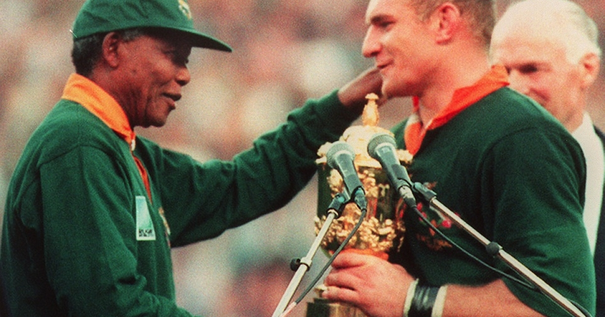 Nelson Mandela congratulates South Africa's rugby team captain François Pienaar after his team's victory over New Zealand in the final of the Rugby World Cup in Johannesburg on June 24, 1995.</p>