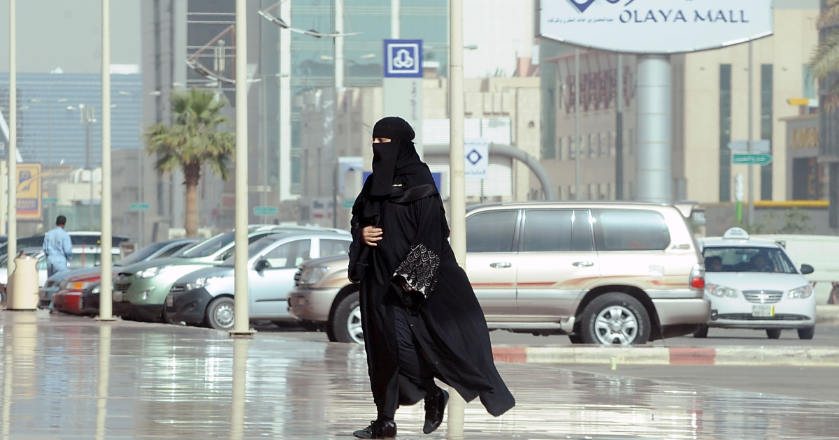 A picture taken on February 4, 2013 shows a Saudi woman arriving at the Olaya shopping mall, in the Saudi capital of Riyadh.</p>