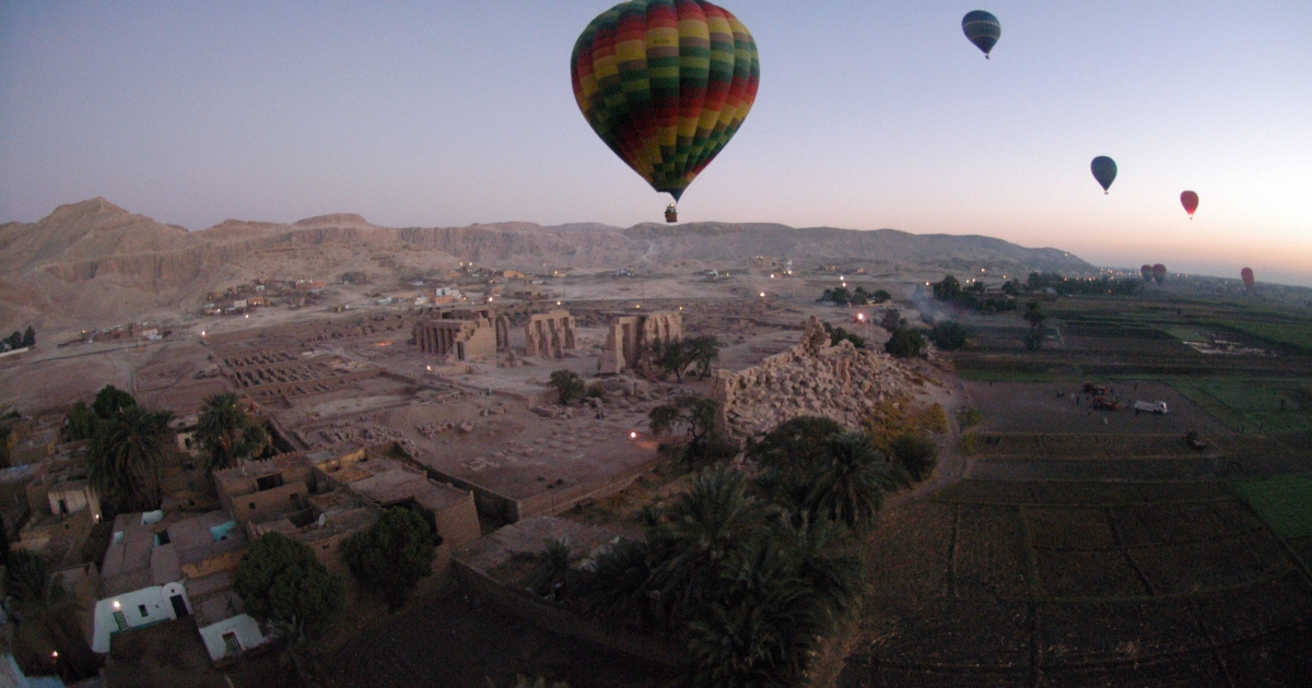 Tourist hot air balloons float during dawn across Egypt's Valley of the Kings, near Luxor on November 15, 2007.</p>