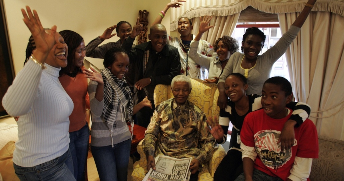 Former South African President Nelson Mandela (C) celebrate his birthday surrounded by his grandchildren during an interview with the media at his house in Qunu, on July 18, 2008.</p>