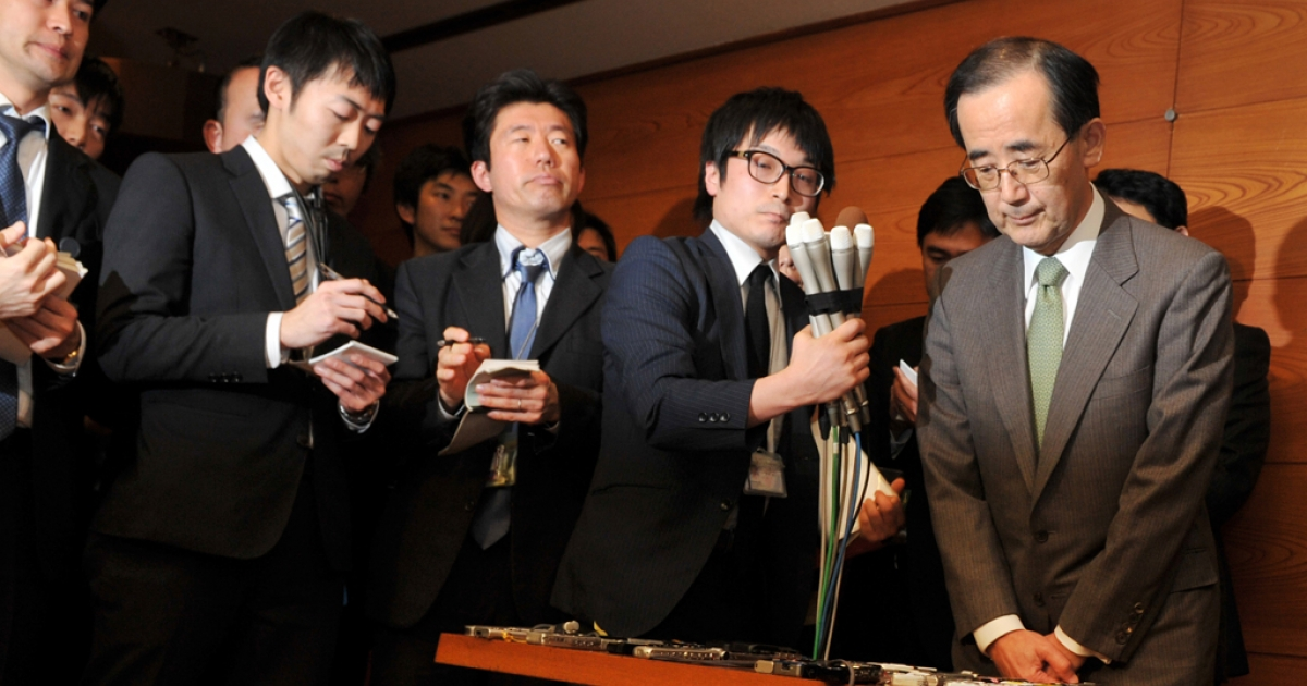 Bank of Japan (BOJ) governor Masaaki Shirakawa (R) meets with the press at the BOJ headquarters in Tokyo on Feb. 5, 2013. Shirakawa has announced that he would step down on March 19, about three weeks before his term ends.</p>