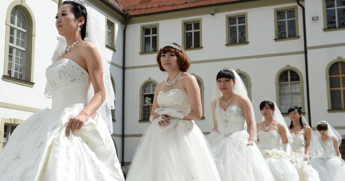 Chinese brides arrive for their re-enacted wedding in Fuessen, southern Germany, on May 31, 2012.</p>