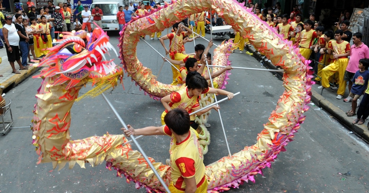 Performers take part in a dragon dance on the eve of the Chinese Lunar New Year of the Snake, in China town in Manila on February 9, 2013. The Dragon Dance is usually performed during the Chinese New Year to bring in good luck and prosperity as billions of Chinese world wide celebrate Lunar New Year of the Snake on February 10.</p>