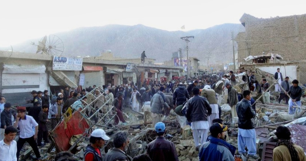 People gather after a bomb targeting Shiite Muslims exploded in busy market in Hazara town, an area dominated by Shiites on the outskirts of Quetta, on February 16, 2013. The bomb killed 63 people including women and children and wounded 180 in Pakistan's insurgency-hit southwest, police and officials said.</p>