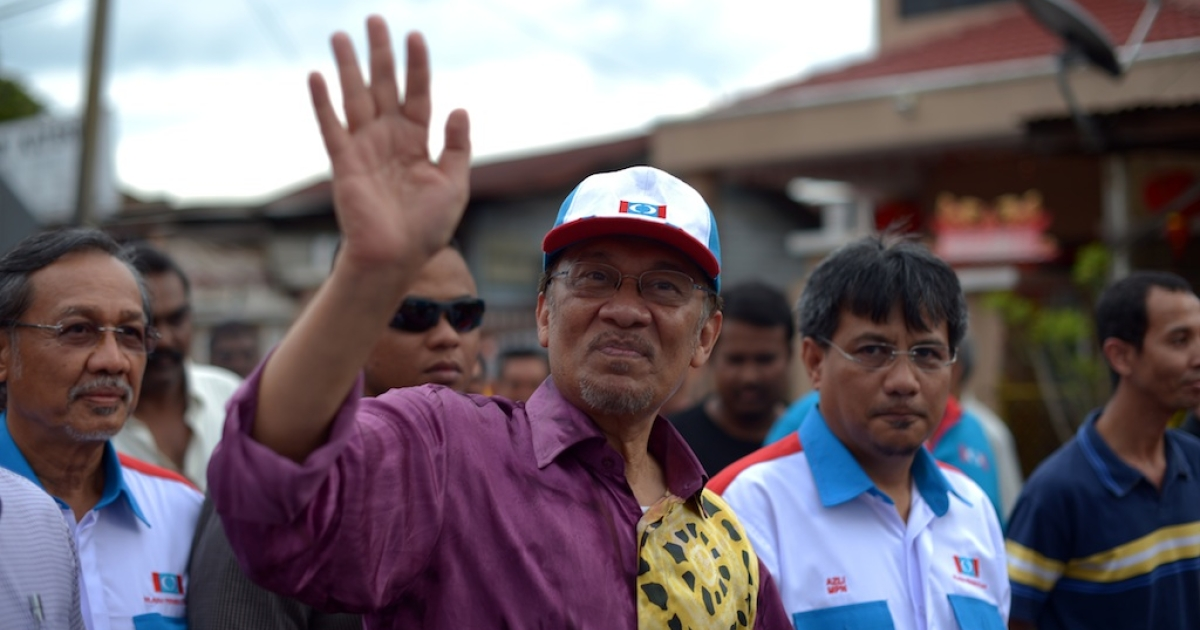 Malaysia opposition leader Anwar Ibrahim waves to his supporters as he arrives to address a corner meeting in the outskirts of Kuala Lumpur on February 16, 2013. Anwar condemned the detention of Australian senator Nick Xenophon 'in the strongest terms', saying allegations that he was a security threat were 'completely without foundation'. Xenophon and the other politicians were to meet members of electoral reform group Bersih, which has organised last year's rally, and others including opposition leader Anwar Ibrahim and Election Commission officials.</p>