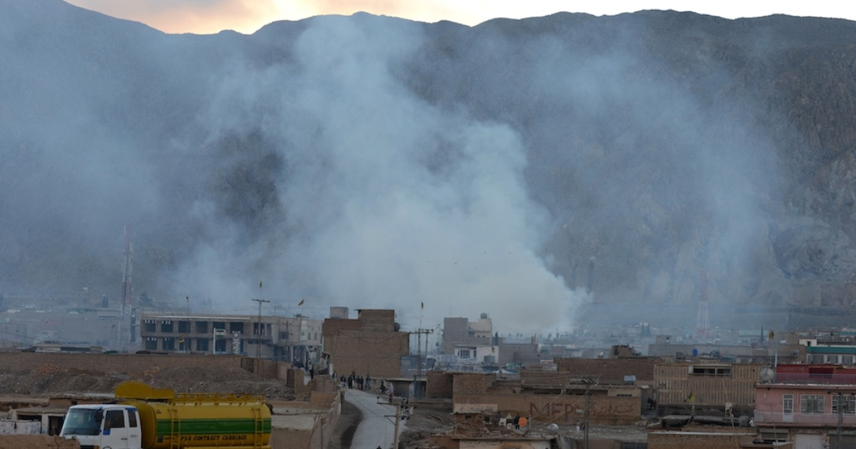 Smoke rises following a bomb explosion in Quetta on February 16, 2013. A remote-controlled bomb targeting Shiite Muslims killed 47 people including women and children and wounded more than 200 in Pakistan's insurgency-hit southwest on Saturday, police and officials said.</p>