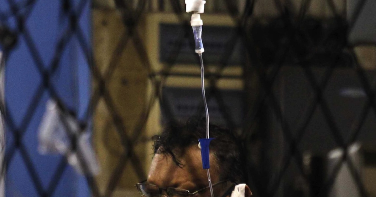 Sri Lankan journalist Faraz Shauketaly, 54, a reporter with the privately-run Sunday Leader is rushed to hospital in Colombo on February 16, 2013.</p>
