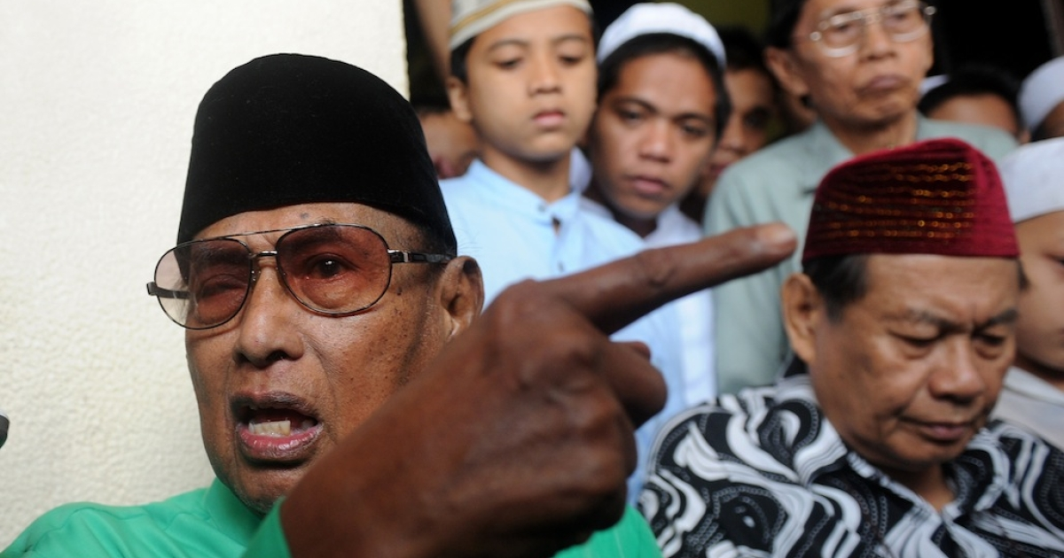 Jamalul Kiram, sultan of the southern Philippine island chain of Sulu, tells reporters that his armed followers who have crossed over to Malaysia will continue to demand land that historically belonged to his sultanate. (NOEL CELIS/AFP/Getty Images)</p>