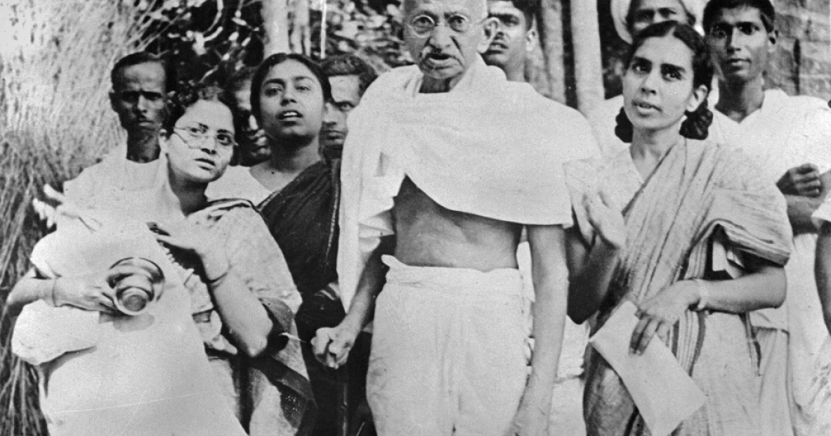 Indian philosopher and nationalist leader Mohandas Karamchand GGndhi, better known as MGhatma Gandhi (C) poses with women during his tour of Bengal province in 1946.</p>