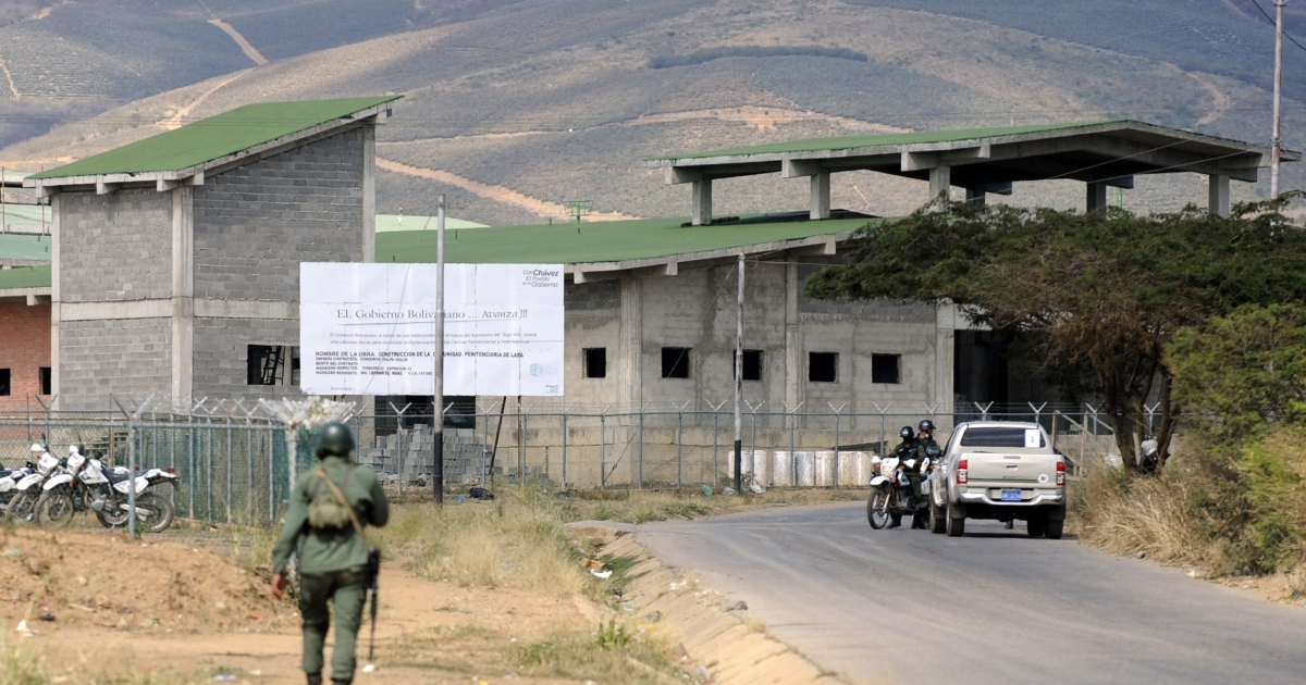 Military forces outside the Uribana prison in Lara state, Venezuela, on Jan. 26, 2013.</p>