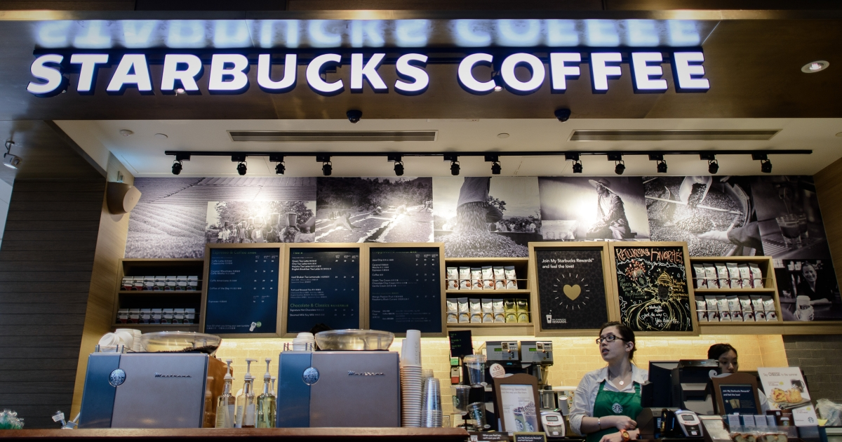 Starbucks has begun a policy of banning smoking within 25 feet of its stores in a plan to expand the chain's no-smoking policy to its patios.</p>