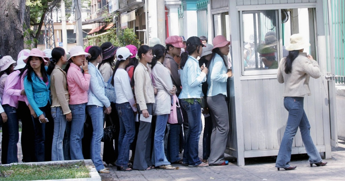 US prosecutors have charged a State Department official with accepting bribes in return for issuing visas to Vietnamese nationals. Here, women applying for visas queue up outside the South Korean consulate in Ho Chi Minh city, 15 March 2007.</p>
