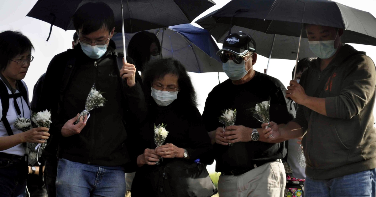 Relatives of Hong Kong victims of a hot air balloon accident wait to lay flowers at the site of its crash in the Egyptian ancient temple city of Luxor on March 2, 2013.</p>