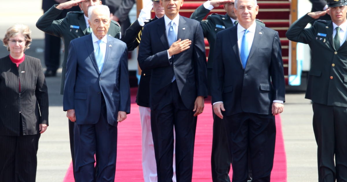 US President Barack Obama (C), Israeli Prime Minister Benjamin Netanyahu (R) and President Shimon Peres (L) listen to the national anthem at Israel's Ben Gurion airport on March 20, 2013 upon Obama's arrival.</p>