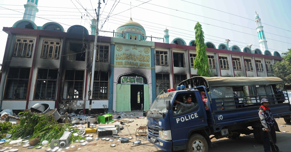Policemen stand guard outside a partially-burnt mosque in riot-hit Meiktila, central Myanmar on March 22, 2013. Charred bodies lay unclaimed on the streets of a riot-hit town in central Myanmar, witnesses said, as global pressure mounted for an end to the Buddhist-Muslim unrest. Parts of Meiktila have been reduced to ashes in the most serious communal violence to hit the former junta-ruled nation since last year, leaving the authorities struggling to bring the situation under control</p>