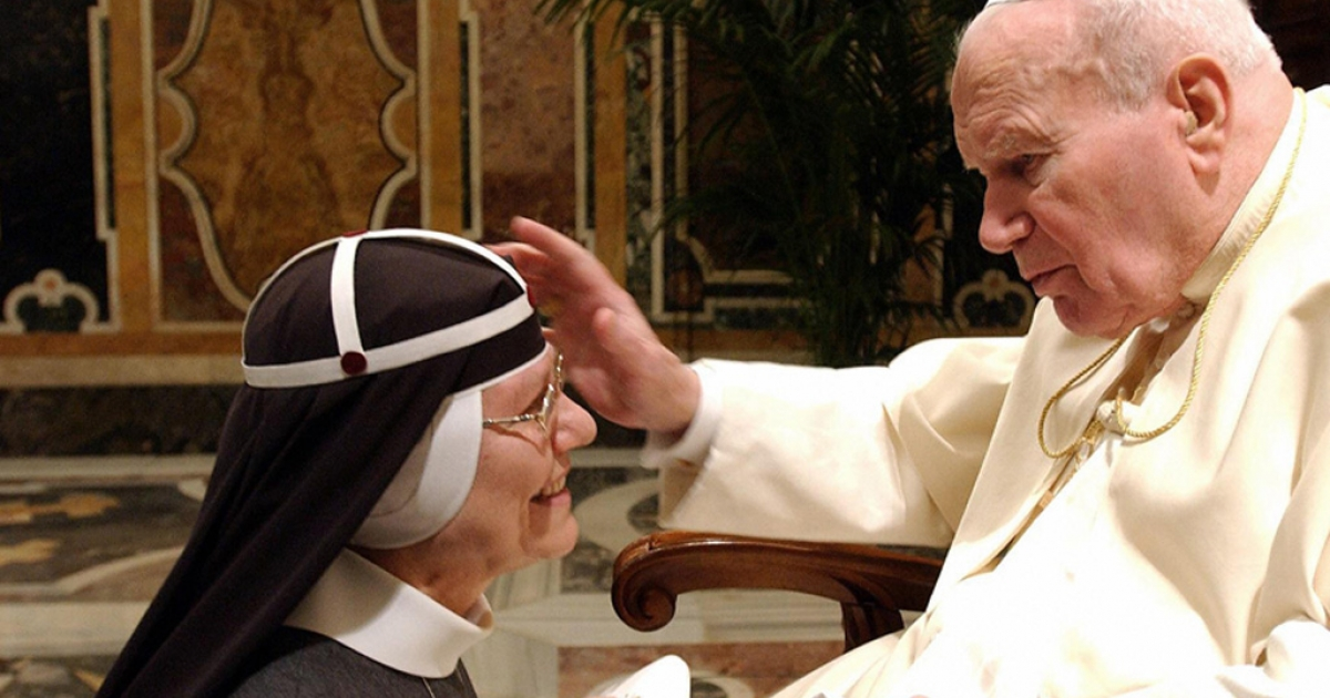 Pope John Paul II blesses the head Catholic order of nuns, the Brigittines, Sister Tekla Famiglietti, in the Clementine Hall at the Vatican.</p>