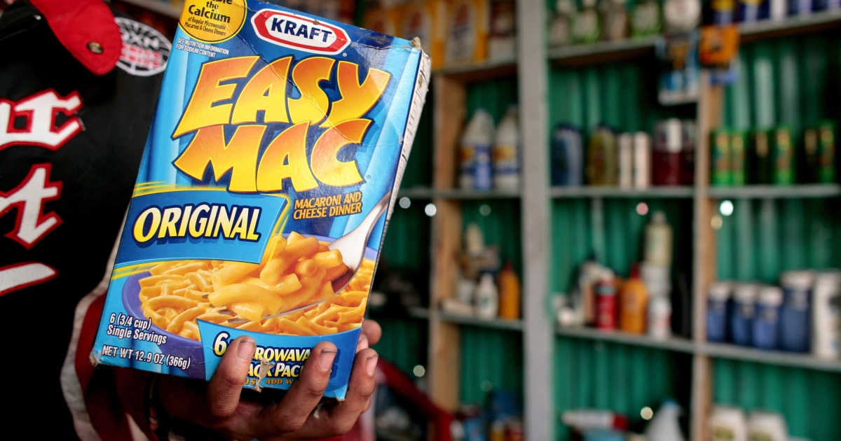 Two food bloggers have set out to have Kraft eliminate the food coloring from their famous macaroni dinners.</p>