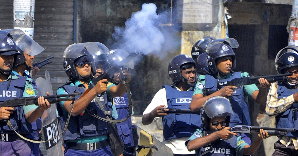 Bangladeshi police officials fire rubber bullets and teargas shells towards demonstrators during a clash with Jamaat-e-Islami activists in the north western city of Rajshahi, about 260 kms from the capital Dhaka, on March 1, 2013. The number of people killed in clashes in Bangladesh over the conviction of Islamist leaders for war crimes rose to 53 on Friday, as fresh outbursts of violence erupted.</p>