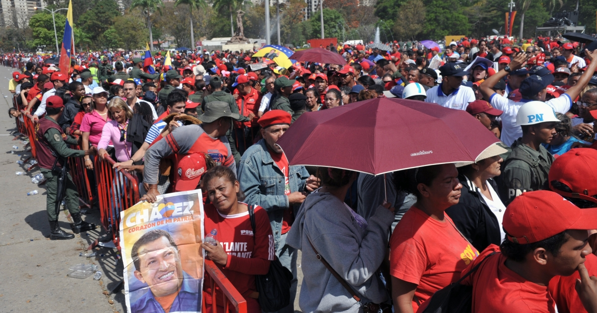 Thousands of supporters of the late Venezuelan President Hugo Chavez queue outside the Military Academy chapel to pay last respects to the leader on March 7, 2013 in Caracas.</p>