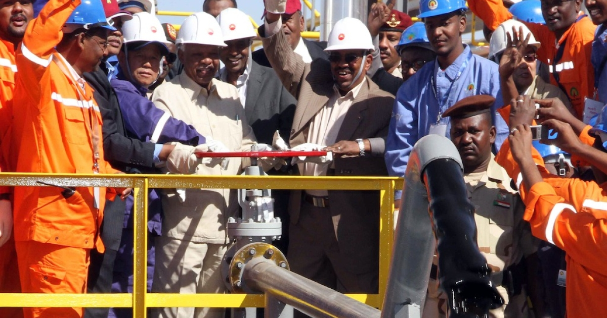 A Dec. 27 , 2012 file photo shows Sudan's President Omar al-Bashir (C) inaugurating the Hadida oil field located on the border between East Darfur state and South Kordofan, the country's main oil-producing area.</p>