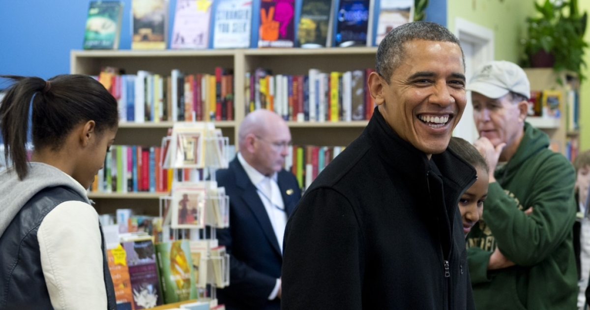 US President Barack Obama (R) and his daughters Malia (L) and Sasha shop at One More Page Books on Small Business Saturday, which promotes shopping at local small businesses, in the Falls Church neighborhood of Arlington, Virginia, on November 24, 2012.</p>