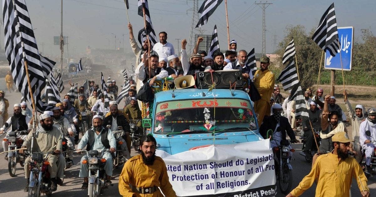 Activists of Jamiat ulema-e-islam (JUI) Pakistan participate in a rally in Peshawar on November 15, 2012. The demonstrators demanded the United Nations prepare legislation for protecting the honour of all prophets of all religions, following backlash against the 'Innocence of Muslims,' an amateurish film depicting the Prophet Mohammed as a thuggish deviant which triggered a wave of violent protests that left dozens dead in September.</p>